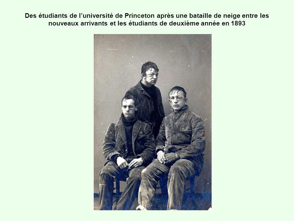 Des étudiants de luniversité de Princeton après une bataille de neige entre les nouveaux arrivants et les étudiants de deuxième année en 1893