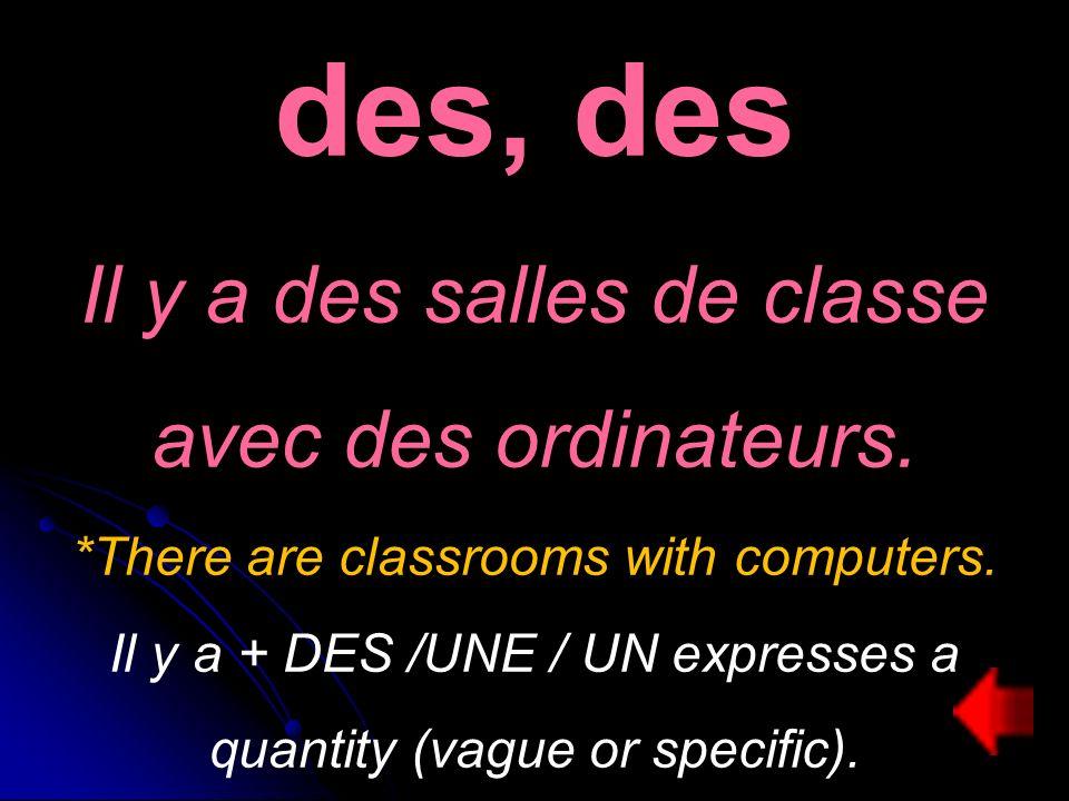 des, des Il y a des salles de classe avec des ordinateurs.
