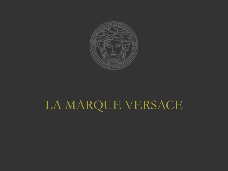 Historique : –Maison de couture Fondée en 1978 par Gianni VERSACE à Milan –Mort du créateur en 1997 –Reprise de la marque en déclin par sa sœur Donatella VERSACE (Directrice Artistique)