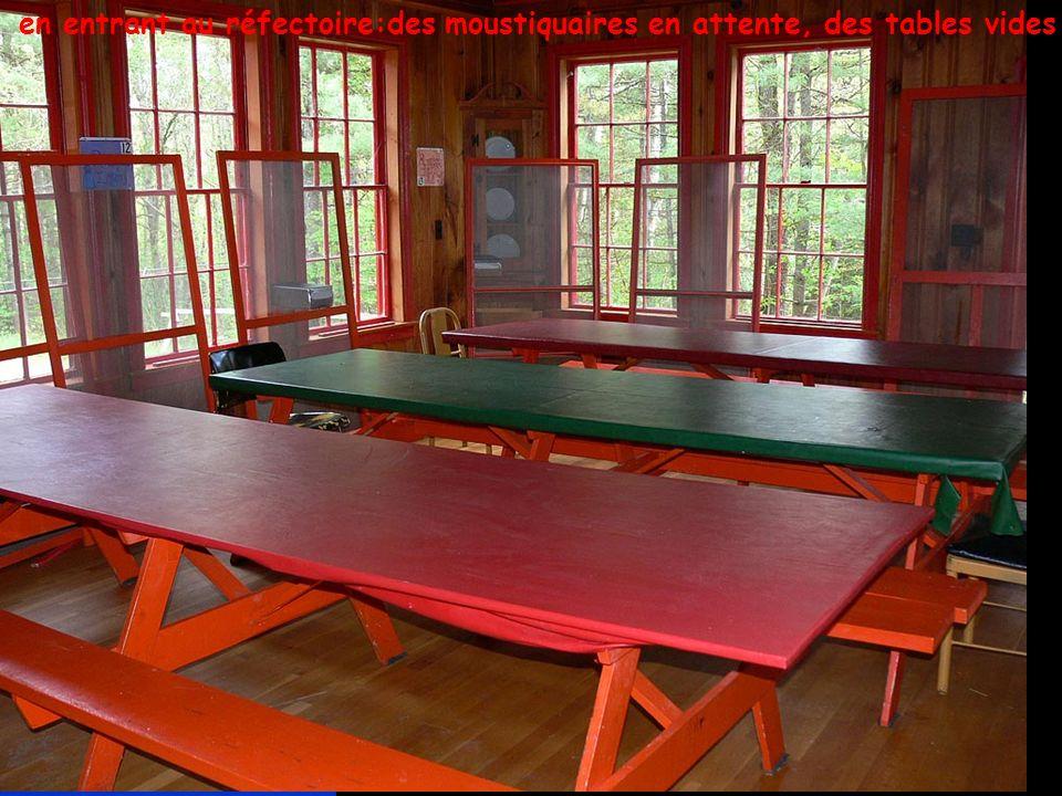 … en entrant au réfectoire:des moustiquaires en attente, des tables vides