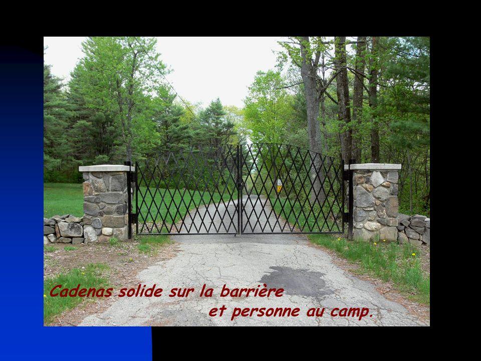 Cadenas solide sur la barrière et personne au camp.