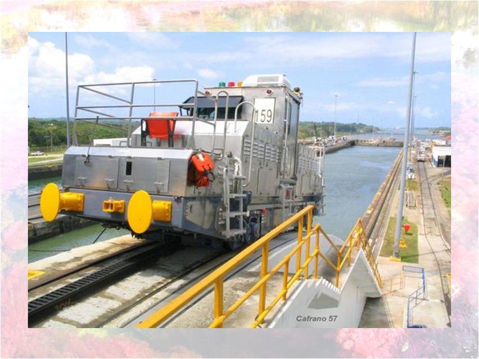 Bien qu utilisant leur propre force motrice, tous les bateaux sont assistés lors de leur passage dans les écluses par des locomotives électrique, qu on appelle aussi mulas , auxquelles ils sont reliés par des câbles.