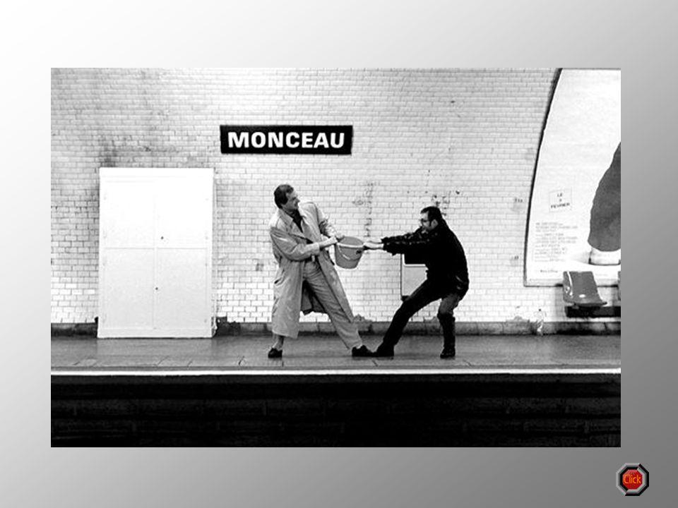 Le photographe Janol Apin propose des relectures amusantes du métro parisien, en mettant en scène avec humour et imagination les noms de ses 120 stati