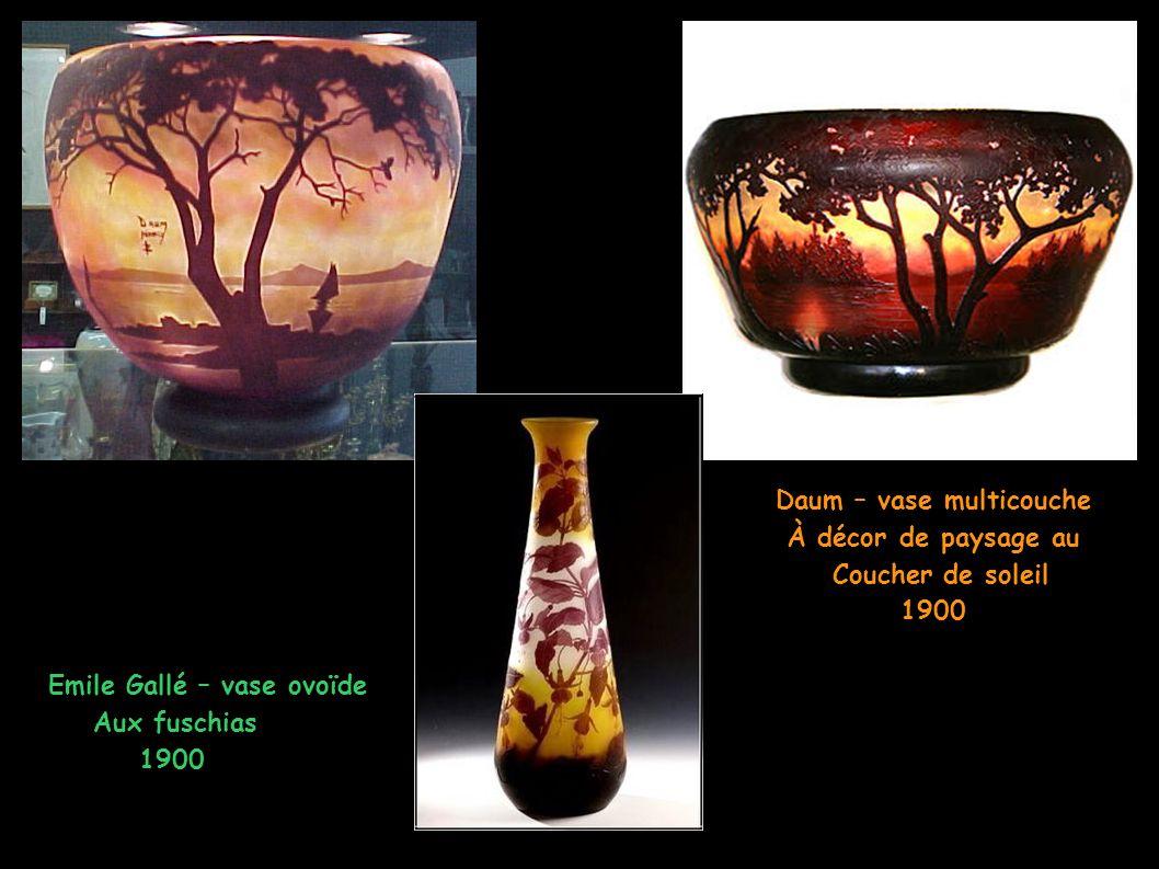 Daum – vase multicouche À décor de paysage au Coucher de soleil 1900 Emile Gallé – vase ovoïde Aux fuschias 1900