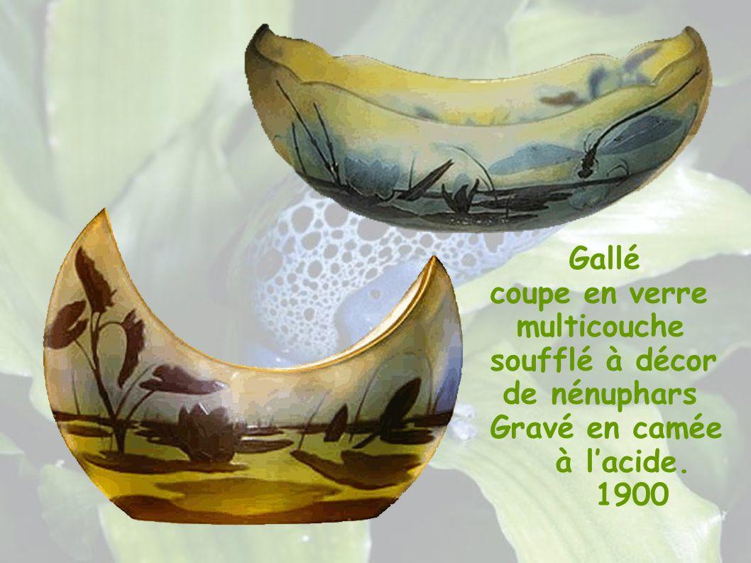 Gallé coupe en verre multicouche soufflé à décor de nénuphars Gravé en camée à lacide. 1900