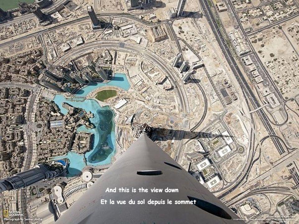 Dubai. Vue depuis le gratte-ciel « Burj Khalifa ». La hauteur de limmeuble est de 828 m (163 étages). Dubai. The view from the skyscraper BurjKhalifa.