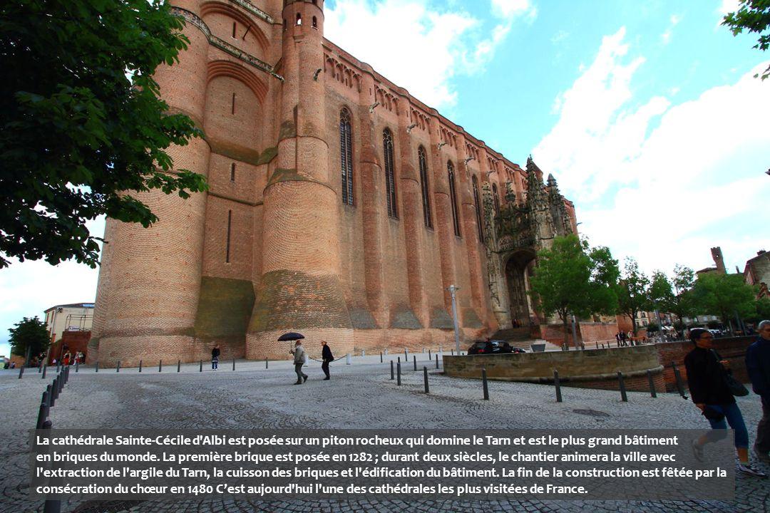 La cathédrale Sainte-Cécile d Albi est posée sur un piton rocheux qui domine le Tarn et est le plus grand bâtiment en briques du monde.