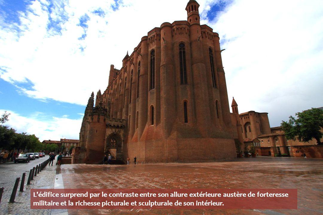 hauteur du clocher-donjon: 78,5 m longueur totale: 113,5 m longueur intérieure: 100 m largeur totale: 35 m largeur intérieure: 30 m hauteur des murs: 40 m hauteur des voûtes: 30 m épaisseur des murs à la base: 2,5 m