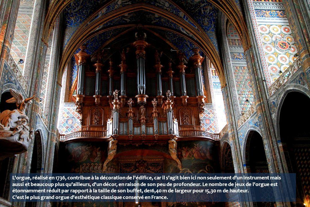 L orgue, réalisé en 1736, contribue à la décoration de l édifice, car il s agit bien ici non seulement d un instrument mais aussi et beaucoup plus qu ailleurs, d un décor, en raison de son peu de profondeur.