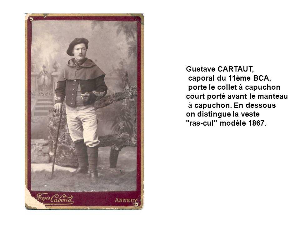 Vers 1900, la tenue de ce chasseur du 12ème BCA a évoluée : tarte ornée du cor de chasse, vareuse-dolman modèle 1891 à bourrelets d épaules.