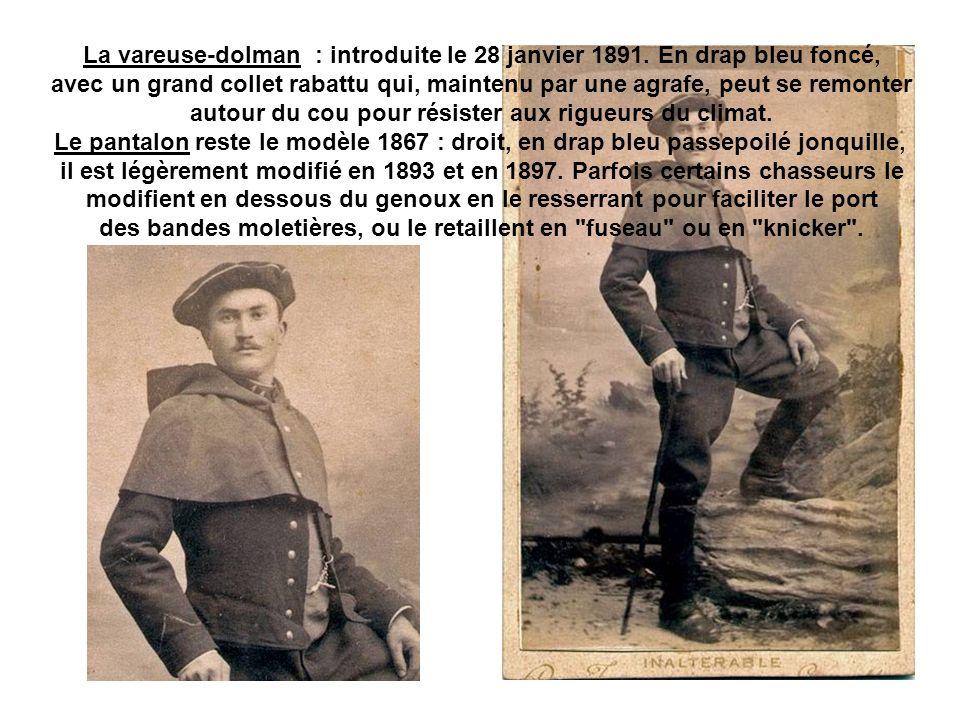 Gustave CARTAUT, caporal du 11ème BCA, porte le collet à capuchon court porté avant le manteau à capuchon.