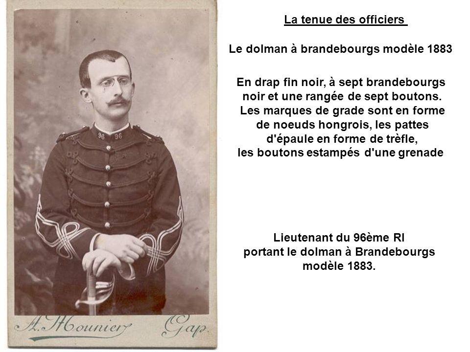 A gauche sur cette photo le lieutenant colonel Blazer du 14ème BCA porte un piolet à long manche (vers 1904-1907).