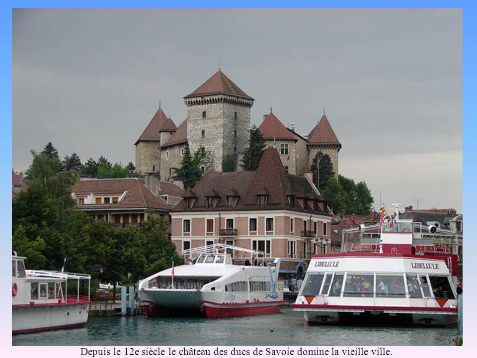 Embarcadère sur le Thiou, les restaurants flottants, le château.