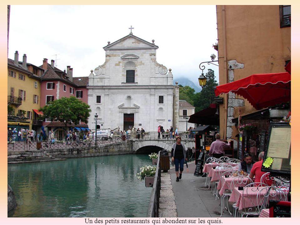 La ville médiévale sétire derrière léglise Saint François en bordure du Thiou.