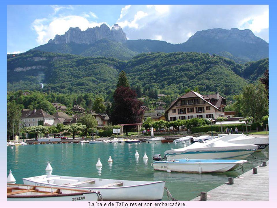 Le Lac et la ville dANNECY Dans son écrin de montagnes, Le Lac dAnnecy avec ses eaux turquoises, ses 32 km de rivages, ses escales historiques, sporti