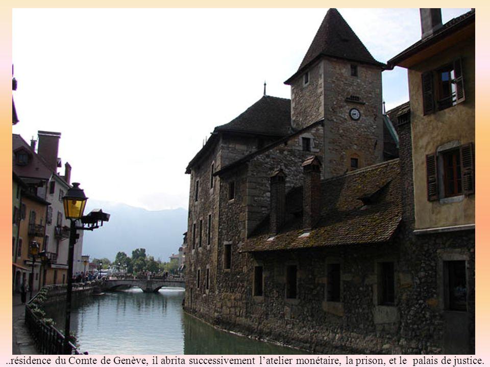 Le palais de lIle du 12e siècle semble amarré au milieu du Thiou: image classique dAnnecy…