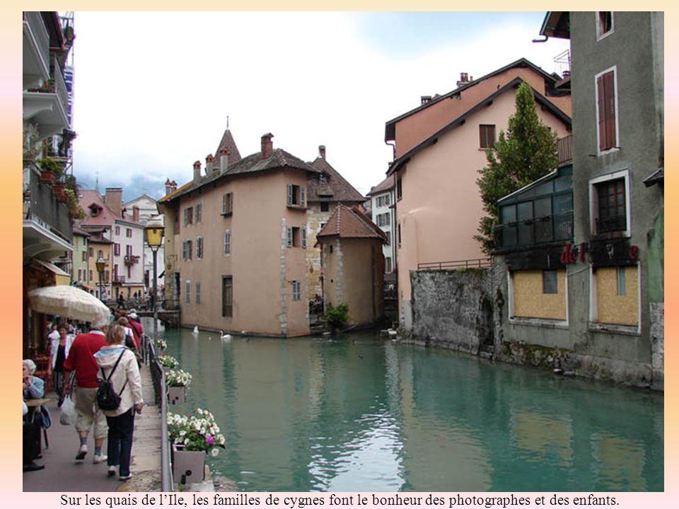 Détonnantes couleurs habillent les façades; témoignage du passé « Sarde » de la région.