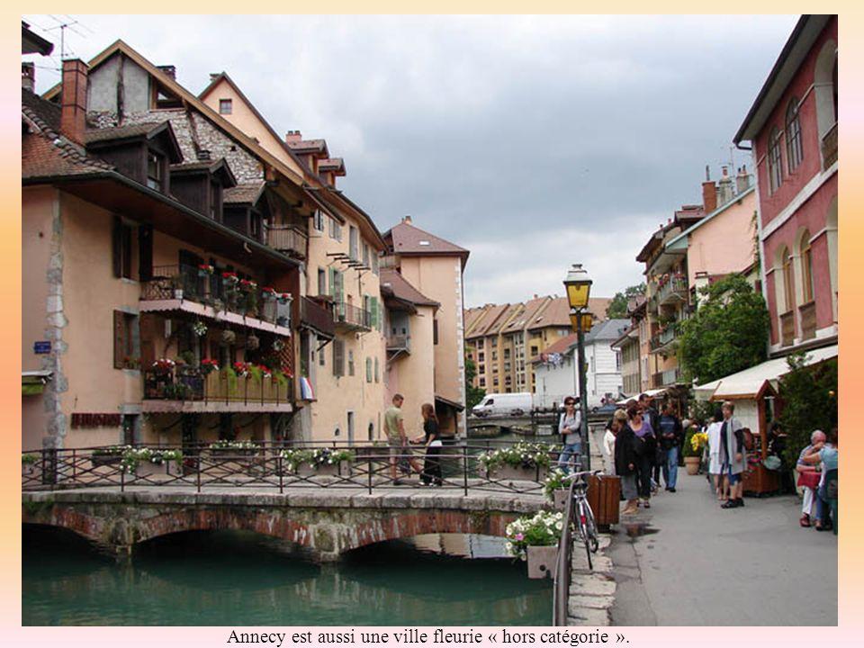 La vielle ville a conservé ses canaux, ses ponts étroits, ses vannes et ses fontaines.