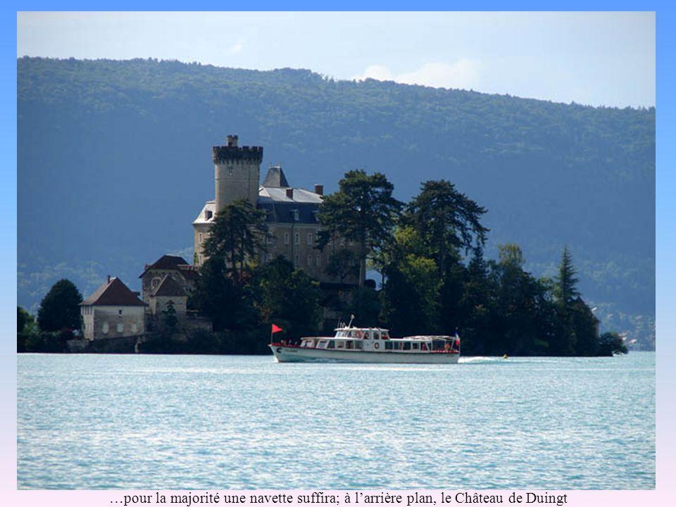 …pour la majorité une navette suffira; à larrière plan, le Château de Duingt