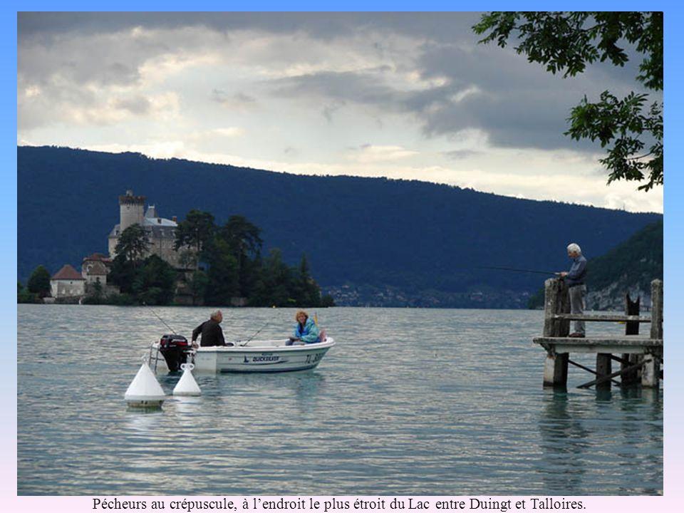 Pécheurs au crépuscule, à lendroit le plus étroit du Lac entre Duingt et Talloires.