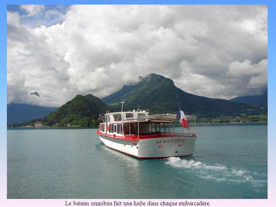 Le bateau omnibus fait une halte dans chaque embarcadère.