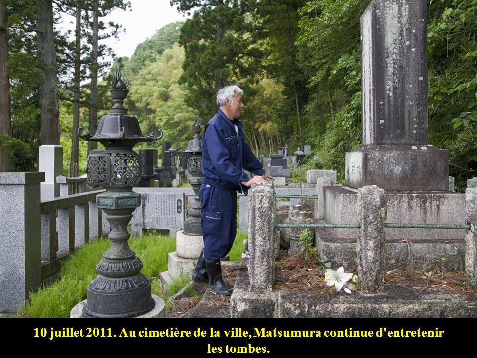 4 juin 2011. Matsumura refuse dabandonner les animaux qui ont survécu à une agonie certaine. Chaque matin, il va de maison en maison pour nourrir les