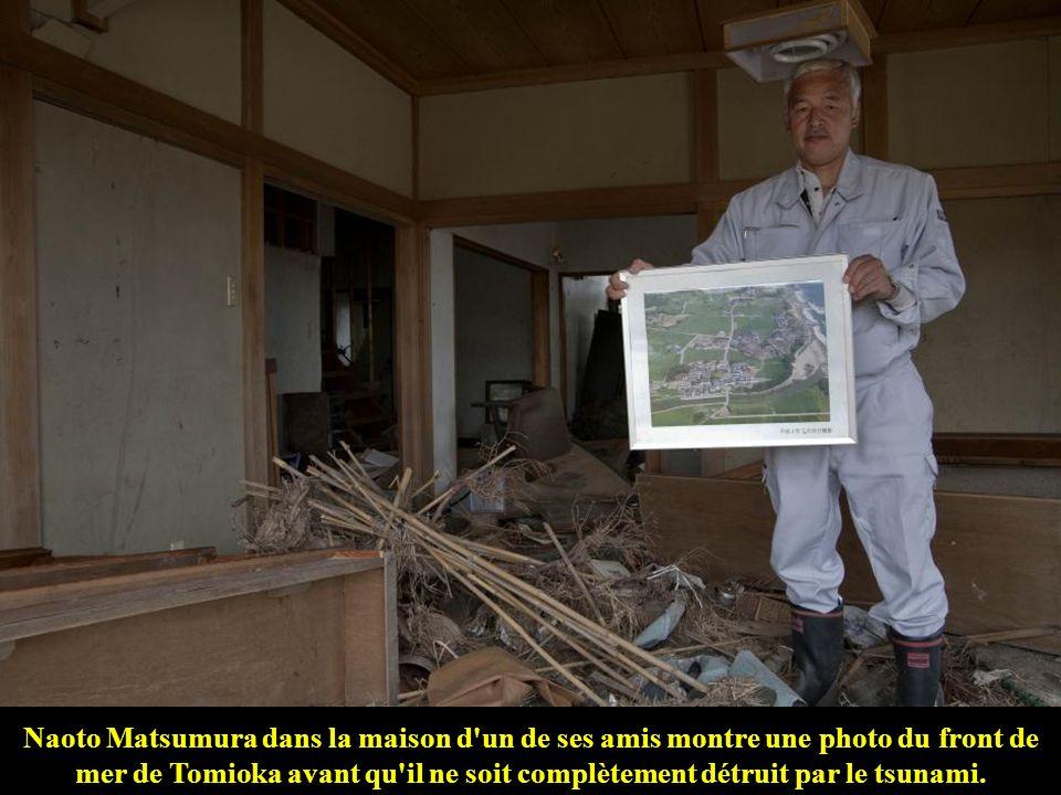 2 novembre 2011. Naoto Matsumura sur les ruines de la maison d'un de ses amis, totalement détruite par le tsunami.