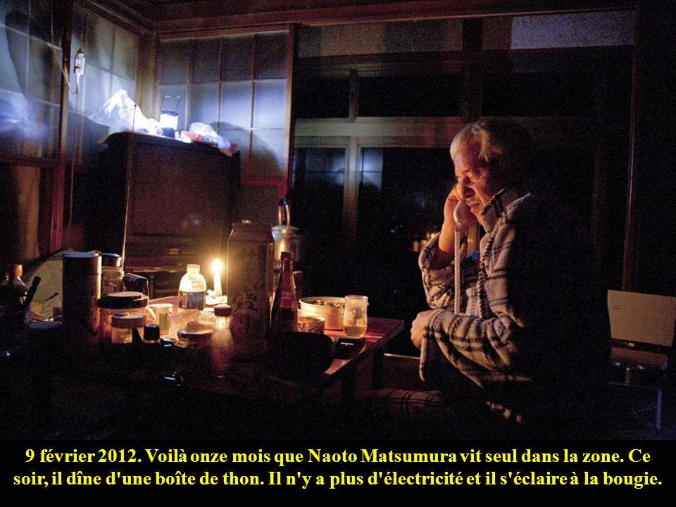 Dans la zone évacuée, il n'y a plus de distribution d'eau. Naoto Matsumura récupère celle qui vient de la montagne.