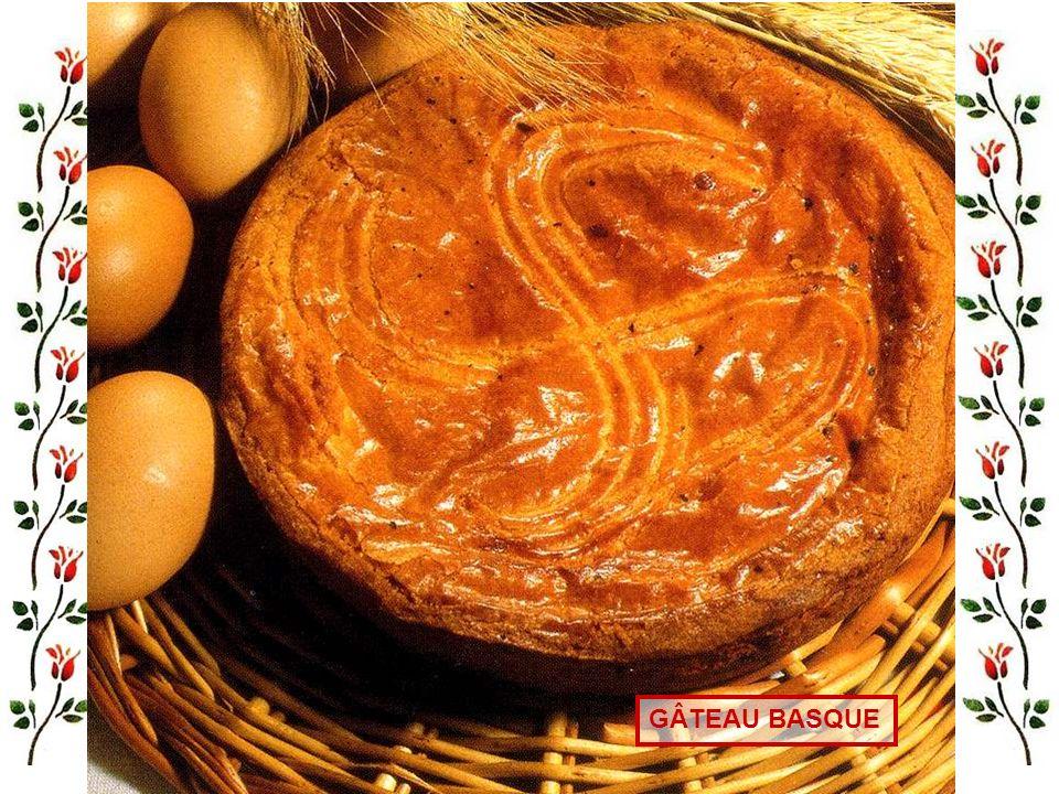 Pour 6 personnes : - 150 gr de farine, 140 gr de beurre, 150 gr de sucre roux, 100 gr de poudre damandes, 1 cuillerée à café de cannelle, 1 kg de pomm