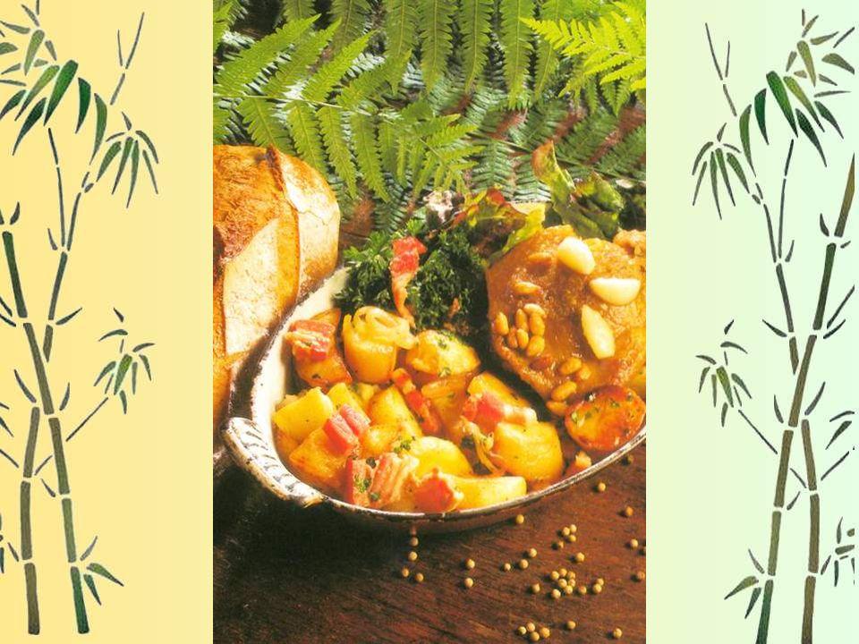 - Dresser les cuisses de canard, déposer autour les pommes de terre et parsemez de pignons de pin. - La préparation du confit nécessite trois éta- pes