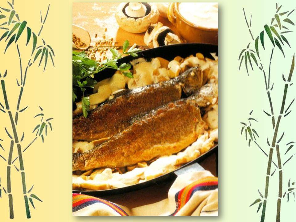 Pour 2 personnes : 2 belles truites de 300 Gr, 50 Gr de beurre doux, 20 Cl de crème fraîche, 500 Gr de champignons de Paris, sel, poivre du moulin, un