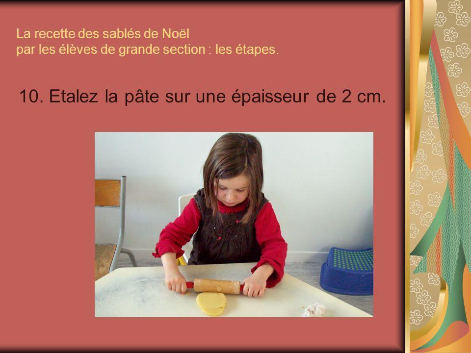 La recette des sablés de Noël par les élèves de grande section : les étapes. 10. Etalez la pâte sur une épaisseur de 2 cm.