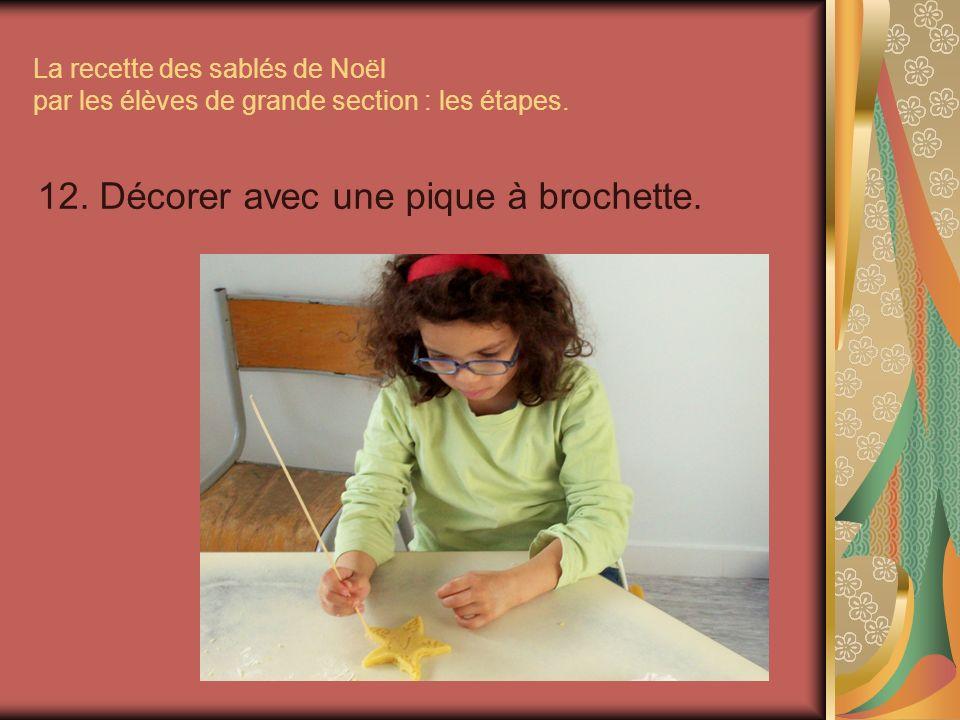 La recette des sablés de Noël par les élèves de grande section : les étapes. 12. Décorer avec une pique à brochette.