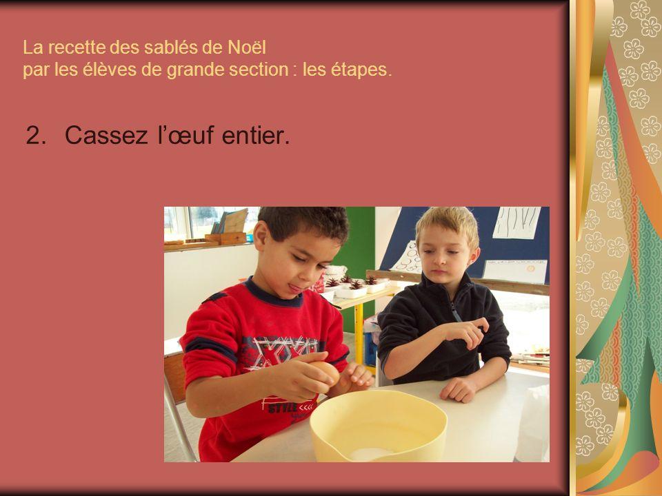 La recette des sablés de Noël par les élèves de grande section : les étapes. 2.Cassez lœuf entier.