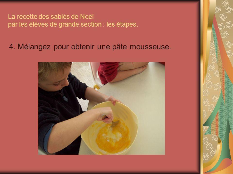 La recette des sablés de Noël par les élèves de grande section : les étapes. 4. Mélangez pour obtenir une pâte mousseuse.