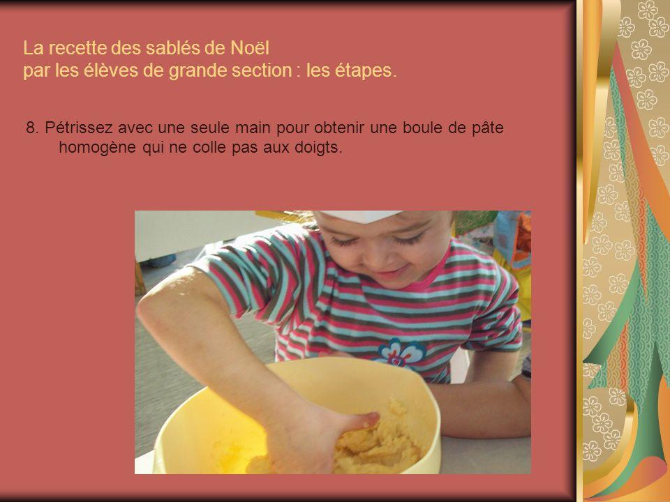 La recette des sablés de Noël par les élèves de grande section : les étapes. 8. Pétrissez avec une seule main pour obtenir une boule de pâte homogène