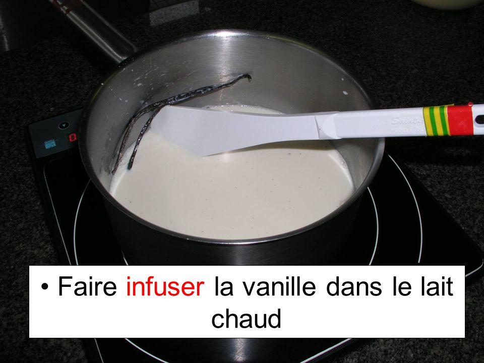 Faire infuser la vanille dans le lait chaud