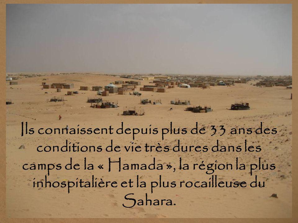 CAMPS DE RÉFUGIÉS en territoire algérien, avec une population estimée à 165 000 personnes, qui y survivent grâce à laide humanitaire. Le gouvernement
