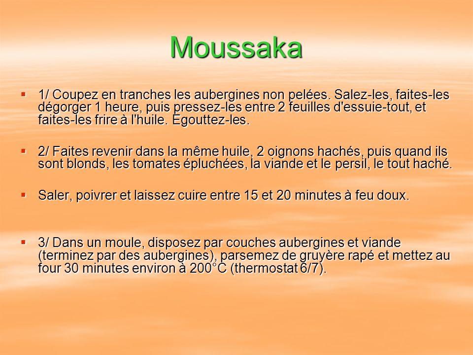 Moussaka 1/ Coupez en tranches les aubergines non pelées. Salez-les, faites-les dégorger 1 heure, puis pressez-les entre 2 feuilles d'essuie-tout, et