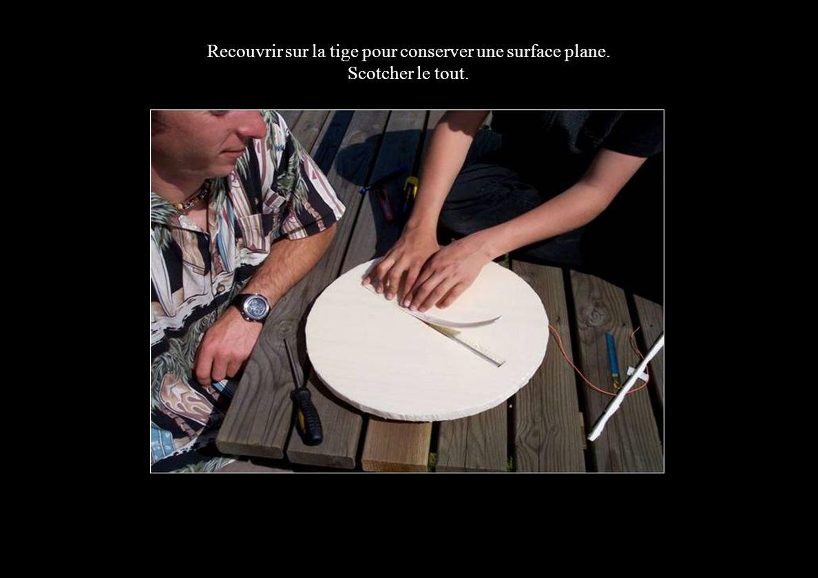 Recouvrir sur la tige pour conserver une surface plane. Scotcher le tout.