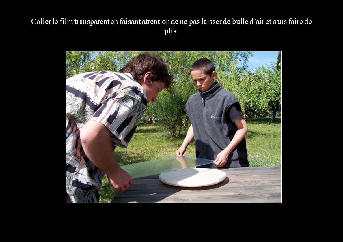 Coller le film transparent en faisant attention de ne pas laisser de bulle dair et sans faire de plis.