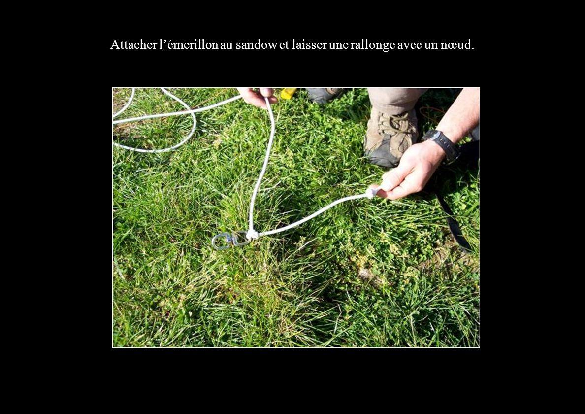 Attacher lémerillon au sandow et laisser une rallonge avec un nœud.