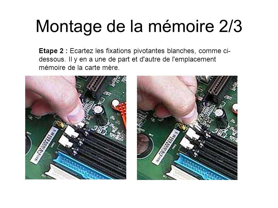 Montage de la mémoire 2/3 Etape 2 : Ecartez les fixations pivotantes blanches, comme ci- dessous. Il y en a une de part et d'autre de l'emplacement mé