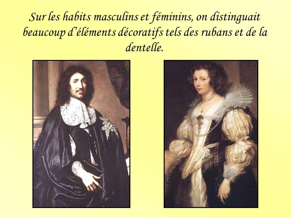 Sur les habits masculins et féminins, on distinguait beaucoup déléments décoratifs tels des rubans et de la dentelle.