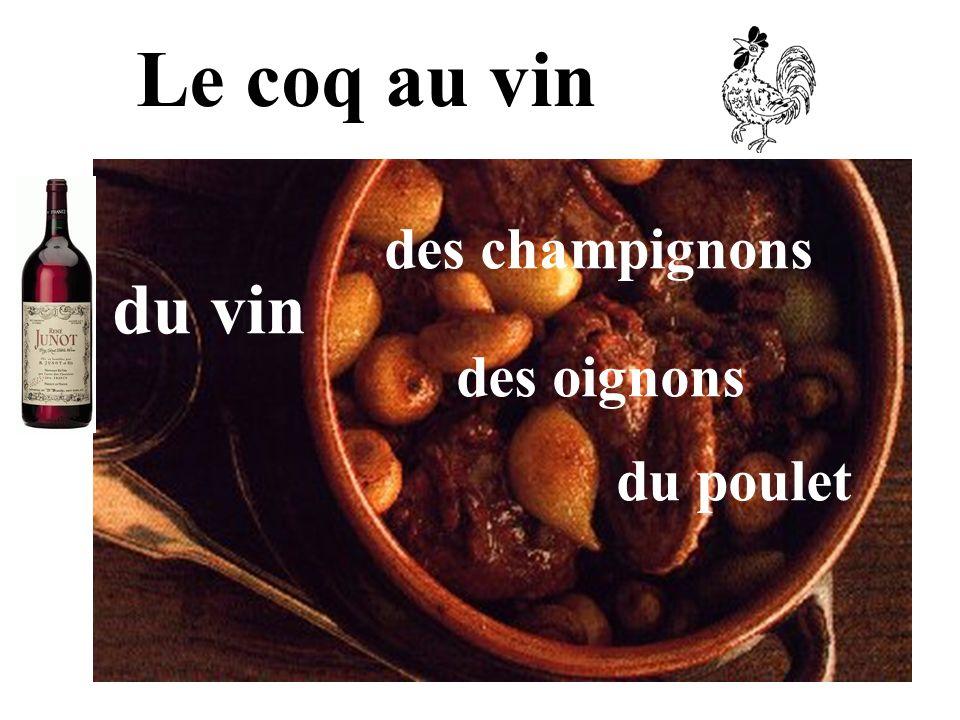Le coq au vin des champignons des oignons du poulet du vin
