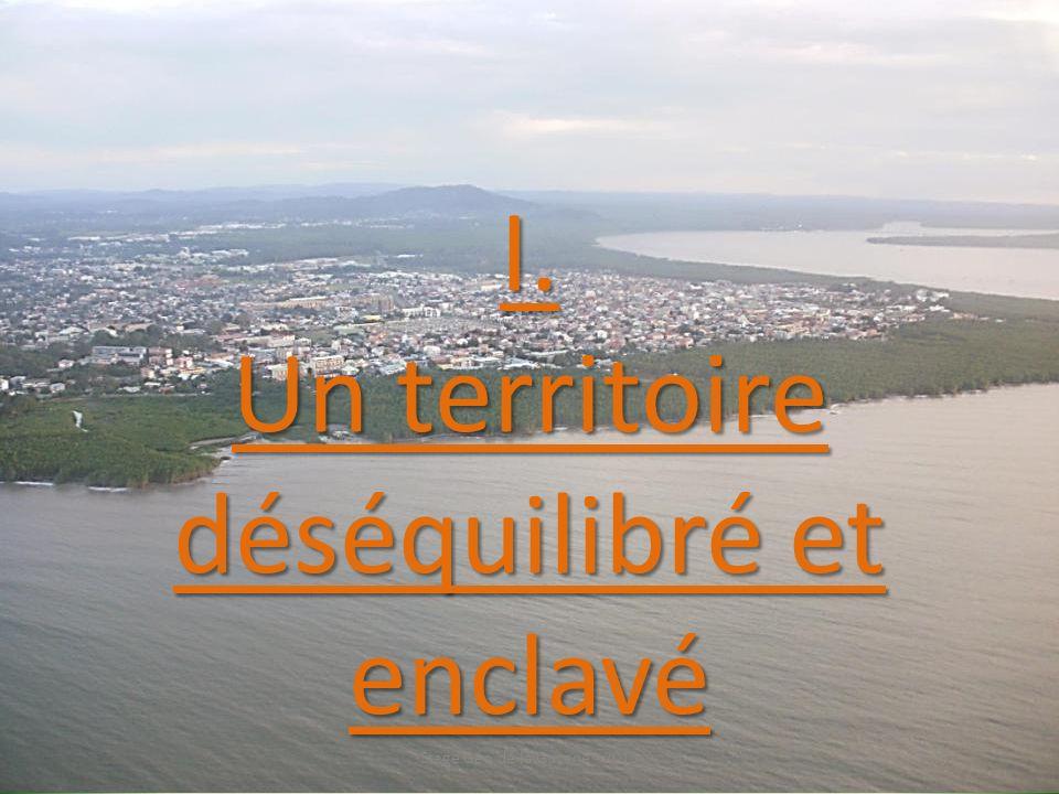 Calculez la densité de population des 2 communes suivantes : Maripasoula : Nombre dhabitants : 8 473 Surface : 18 360 km 2 Densité : Cayenne : Nombre dhabitants : 59 753 Surface : 23 Densité : Expliquez la différence de densité de population entre ces deux communes de Guyane.