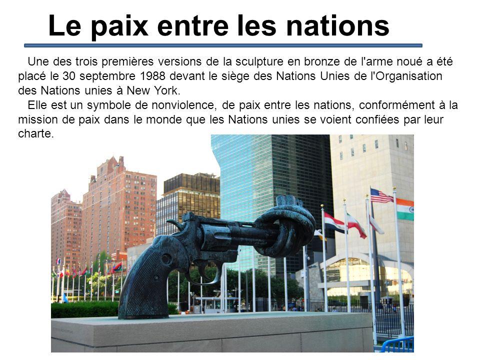 Le paix entre les nations Une des trois premières versions de la sculpture en bronze de l'arme noué a été placé le 30 septembre 1988 devant le siège d