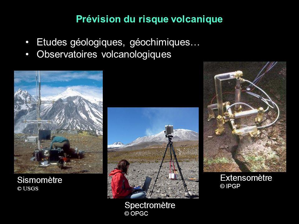 Prévision du risque volcanique Etudes géologiques, géochimiques… Observatoires volcanologiques Sismomètre © USGS Extensomètre © IPGP Spectromètre © OPGC