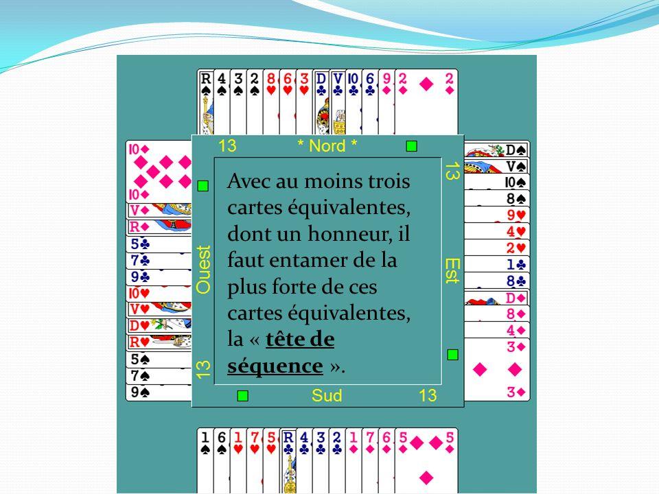 Avec au moins trois cartes équivalentes, dont un honneur, il faut entamer de la plus forte de ces cartes équivalentes, la « tête de séquence ».