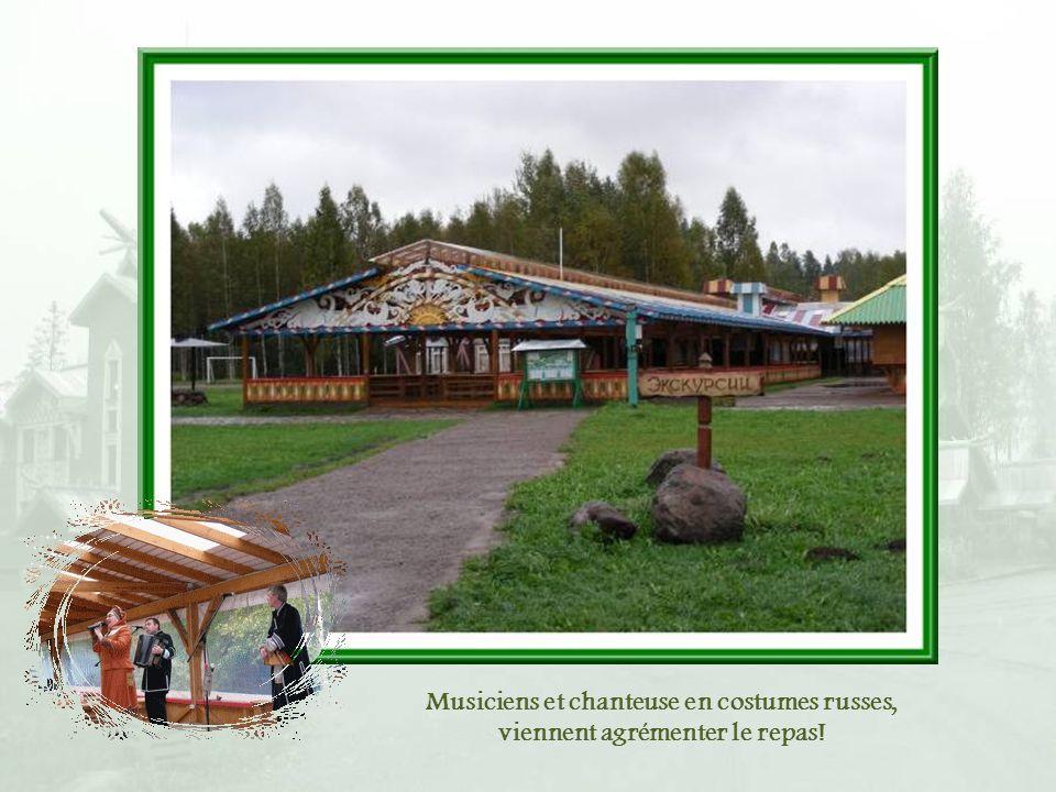 Au centre du village, face à laire de débarquement, dimmenses terrasses couvertes sont installées permettant dy organiser des piqueniques avec brochet